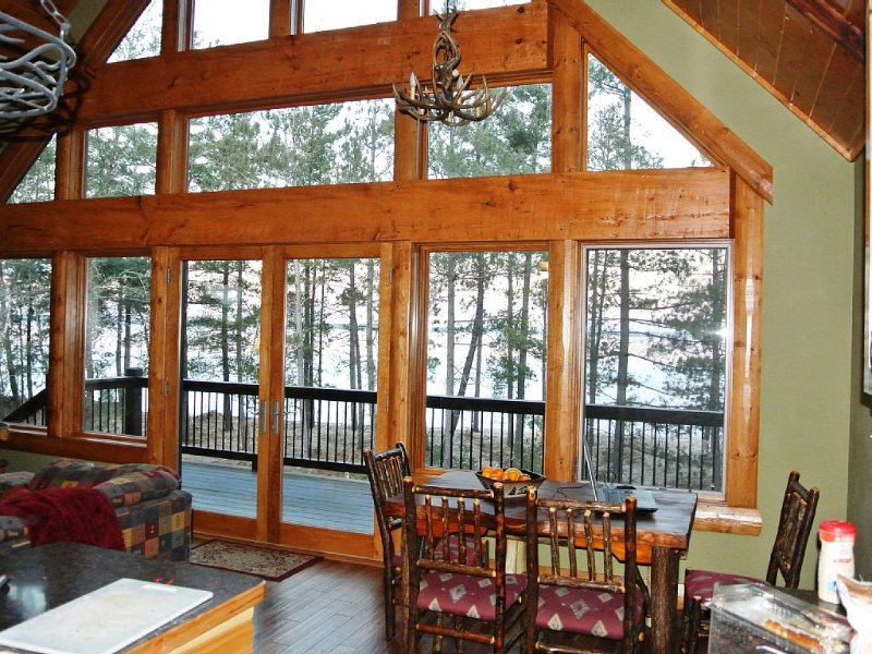 March-April Only: Cabin, Hot Tub, Steam Room $200-$250/night for up to 15 people, holiday rental in Deerwood