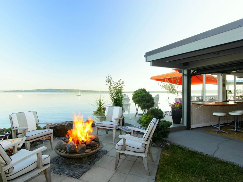 Glorious Waterfront Apartment and Cabana With Patio, Yard and Deck, holiday rental in SeaTac