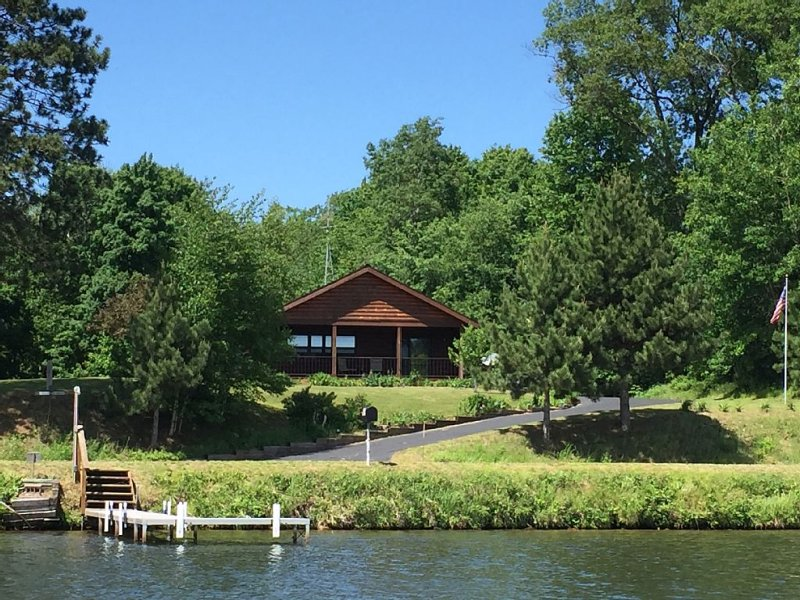 Peaceful And Serene Location With Great Lake View, Fishing, And Wildlife Sights., holiday rental in Arbor Vitae