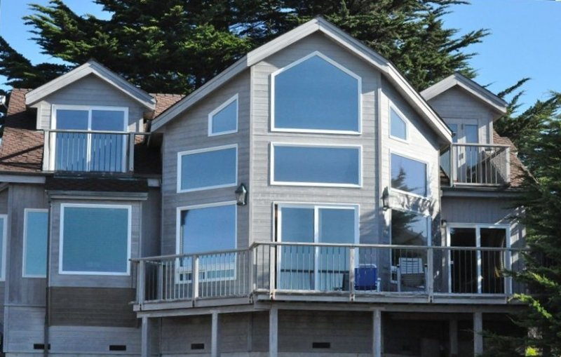 Pacific Ocean Front, Private, Romantic, Whale Watch from Deck!, holiday rental in Humboldt County