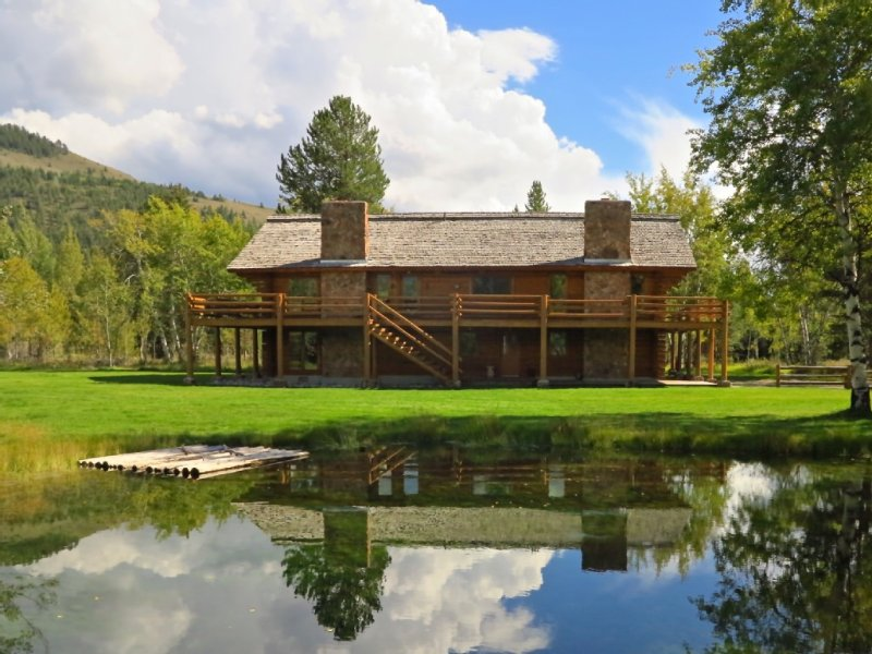 Unique Custom Built Log Home on 4 Acres, vacation rental in Jackson