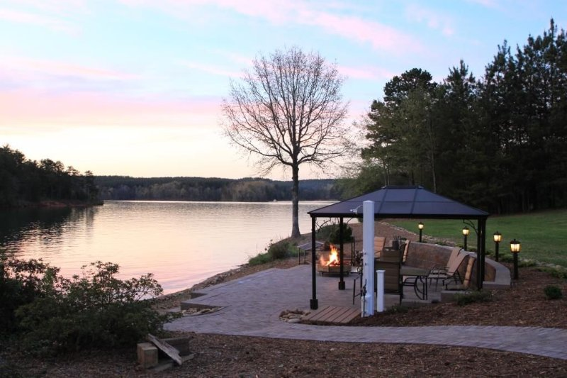 Easy access lake front W/  beach, waterfront patio and boat ramp, location de vacances à Newry