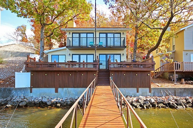 Lakefront Home Sleeps Up to 10 Guests with Private Boat Dock., vacation rental in Lake Ozark