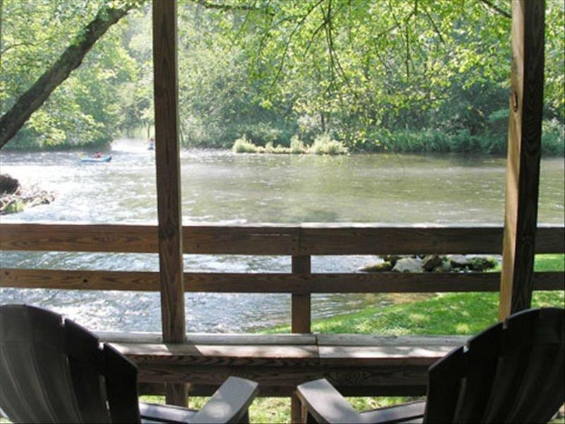 RIVERFRONT Cabin on Nantahala River, Minutes from NOC, holiday rental in Nantahala Township