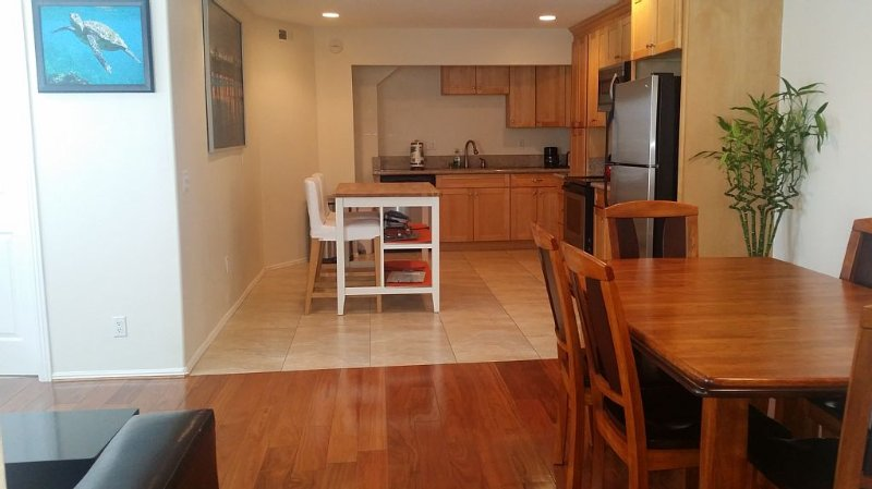 1.5 Blocks to BEACH,  2 blocks to MAIN St/HB Pier and Pacific City Close!, holiday rental in Huntington Beach