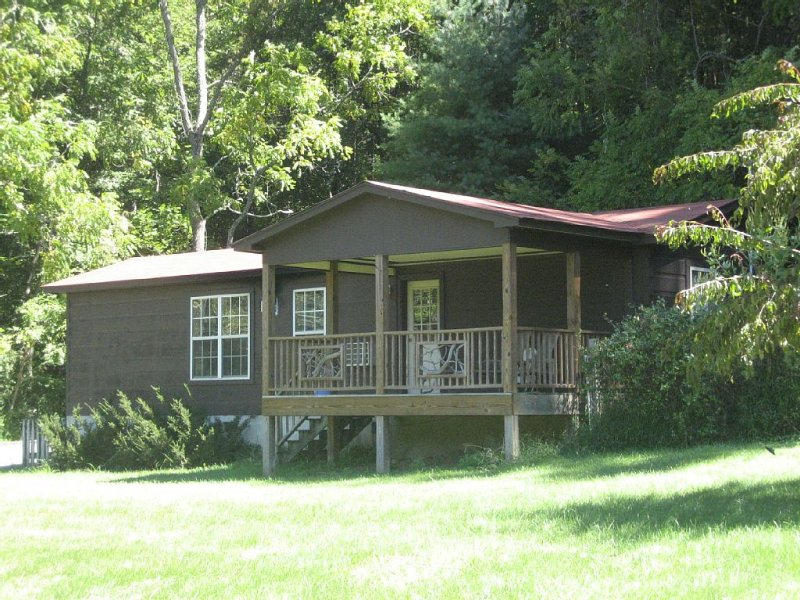 Secluded dog-friendly mountain cabin on 50 acres 25 minutes from Asheville, Ferienwohnung in Mars Hill