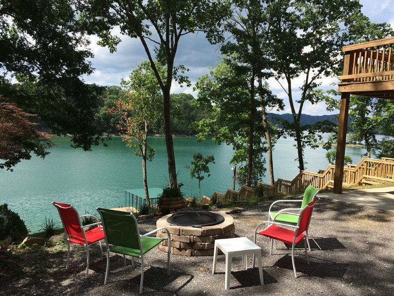 Fall colors are beautiful here now!  Lakefront Haven on Norris Lake, TN., alquiler de vacaciones en Sharps Chapel