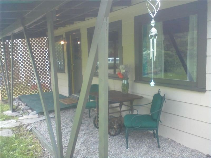 A Private, Cozy Cabin Near Bigfork for Two with a Clawfoot Tub, holiday rental in Woods Bay