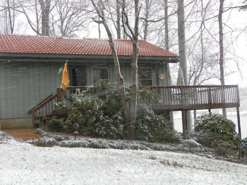 Haupteingang und Veranda mit ein paar Schneegestöber.