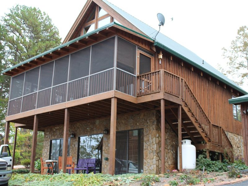 Fall fun at the cabin! Convenient to Lake Keowee and Clemson, holiday rental in West Union