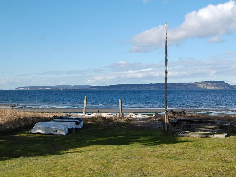 Rare Find - Waterfront Beal Beach House-Private Beach/Majestic View, holiday rental in Hansville