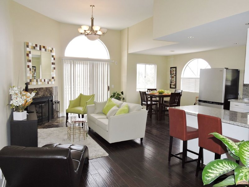 Sophisticated elegance! Views! Top floor Condo! Close to University & Beaches, holiday rental in Camarillo