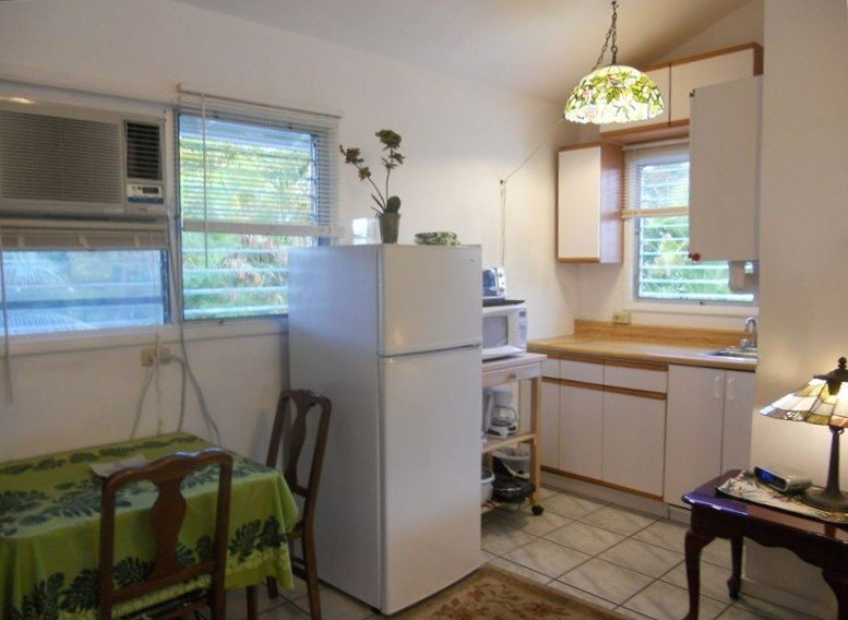 Walk to Beach,  Bright, Spacious studio. Upstairs w/ mountain view, vacation rental in Kailua