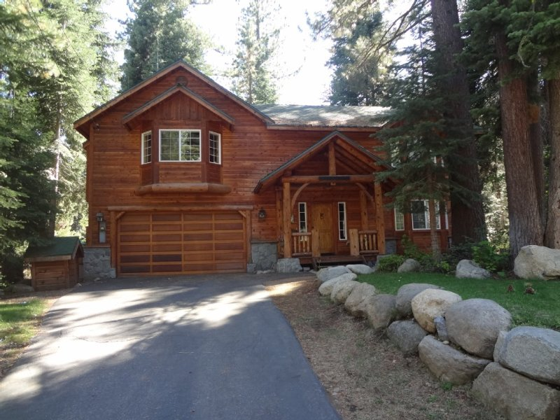 Rustic Tahoe Luxury - 5 mins to skiing, 5 mins walk to beach, Numerous Amenities, location de vacances à Homewood