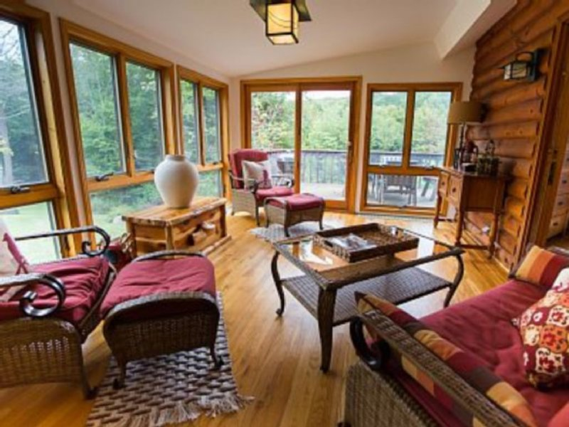 Book now for Spring skiing! Updated Modern classic log home,16acres ,creek, pond, holiday rental in Big Indian