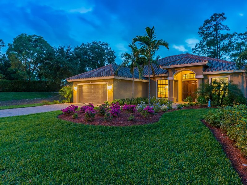 TROPICAL OASIS! POOL, PRIVATE LANAI, OUTDOOR KITCHEN. STORM WINDOWS. PETS OK!, holiday rental in Naples