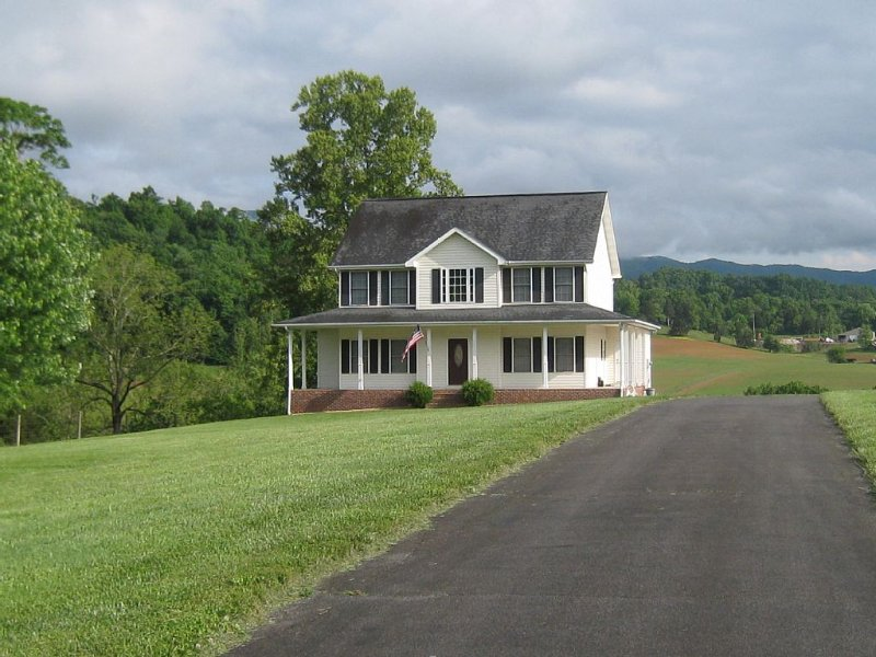 Riverfront home on South Holston River Perfect for Fishing, Hiking, Relaxing, location de vacances à Bristol