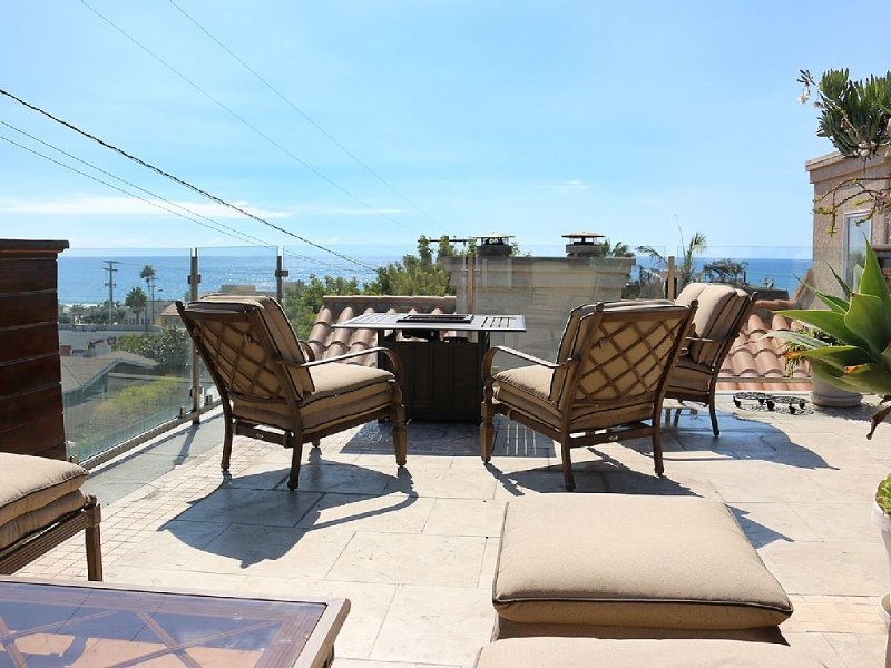 Steps from the sand! New Hermosa Beach House with View and Rooftop Deck, casa vacanza a Hermosa Beach