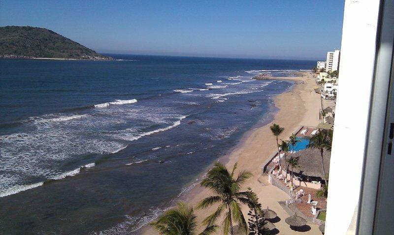 SPECTACULAR OCEAN VIEWS-Life on the Beach, Golden Zone, alquiler de vacaciones en Mazatlán