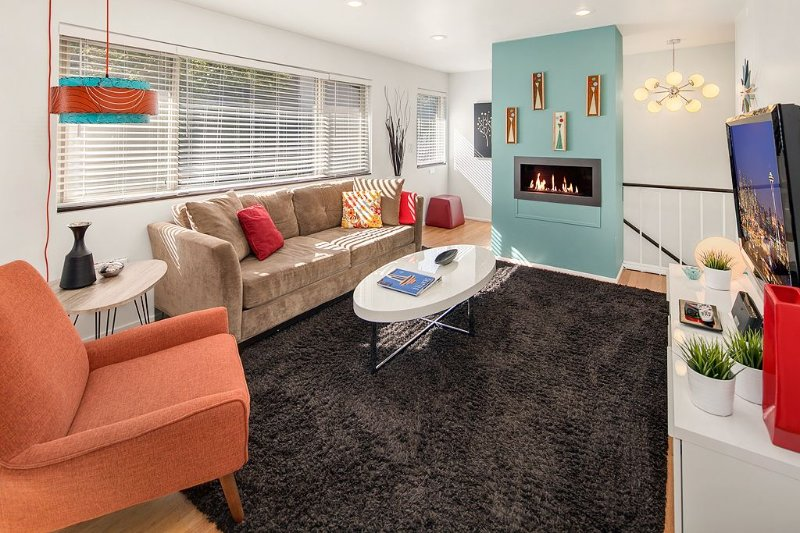 Top Floor Aptmt on Quiet Street w/FrPl, WA/DR, 55' TV, King Bed, Near Light Rail, alquiler de vacaciones en Seattle