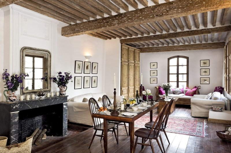 Wonderfully Located First Floor Apartment Overlooking The Historic Main Square, vacation rental in L'Isle-sur-la-Sorgue