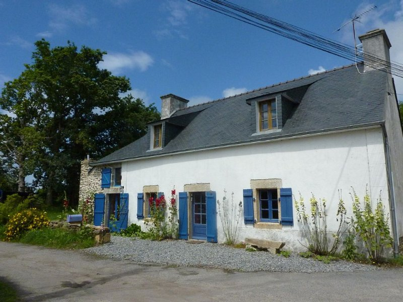 Charming Stone House in a very Children Friendly village. Walk to harbor & Beach, holiday rental in Doelan