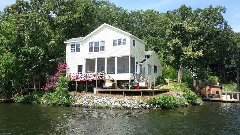 Beautiful Home on Lake Jordan in Alabama with Water Views from Every Room, holiday rental in Elmore