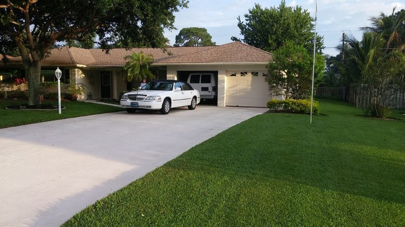 Very Nice 3 Br And 3 Bath Florida Home 1 1/2 Mile From Jupiter Island Beach, holiday rental in Jupiter