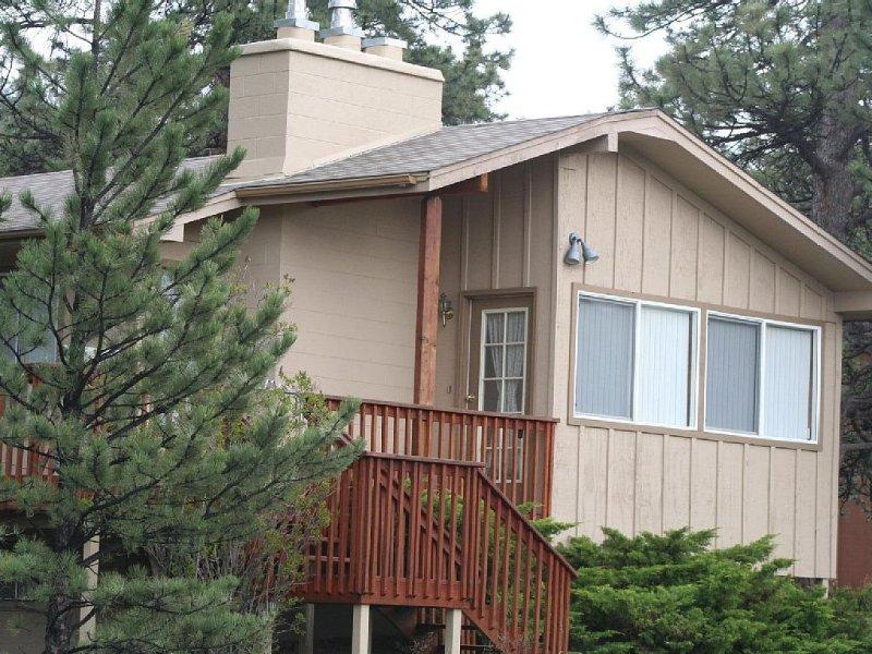 Rustic, Shadow Pines Vacation Home with Hot Tub, alquiler de vacaciones en Estes Park