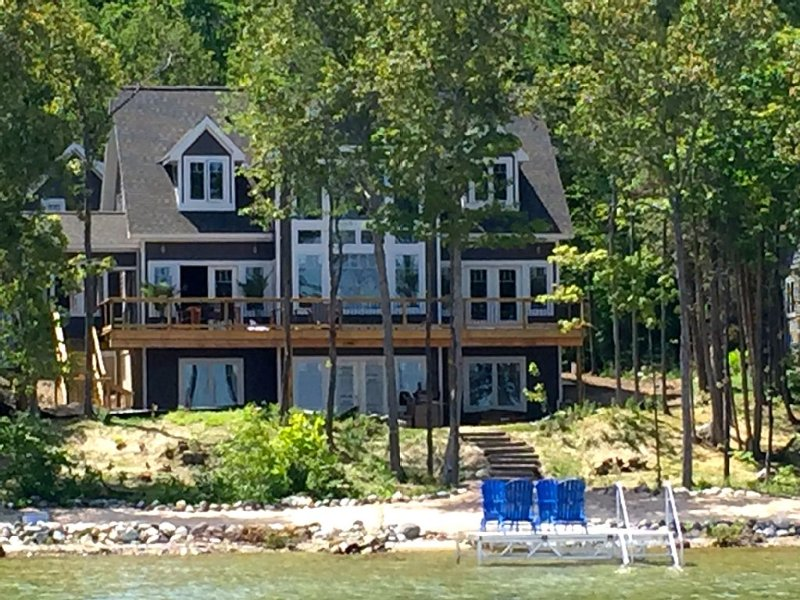 Serenity, White Beaches, & Crystal Blue Waters!, vakantiewoning in Leelanau County