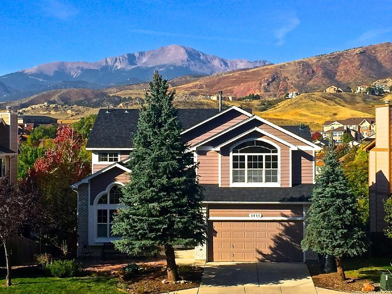 Winter availability. Cozy up next to the fireplace! Decorated xmas tree!!, vacation rental in Colorado Springs