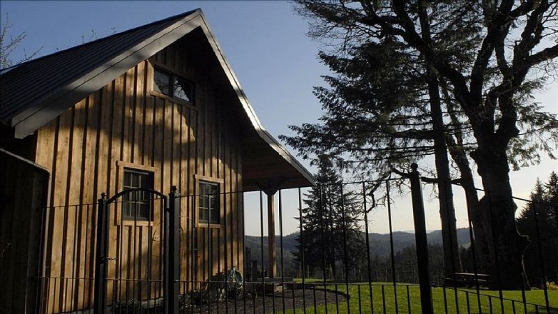 Private Vineyard Cabin in the Heart of Wine Country, alquiler de vacaciones en Yamhill