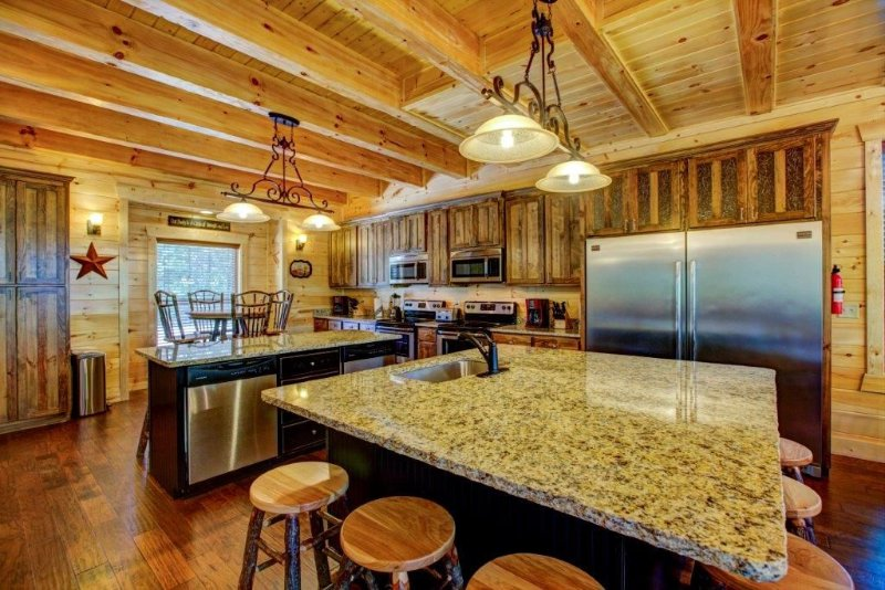 Cliffview Retreat - 11 BR Lodge at Cliffview Resort - Brand New!, holiday rental in Rogers