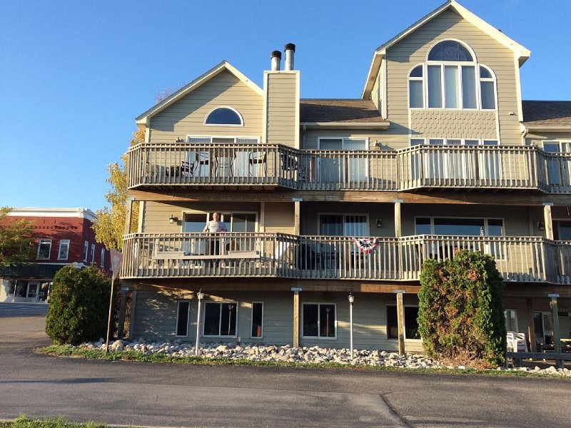 Downtown Frankfort Condo overlooking Betsie Bay, holiday rental in Arcadia