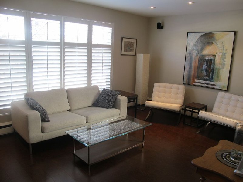 Beautiful 2 bedroom home - includes laundry and parking, aluguéis de temporada em Toronto