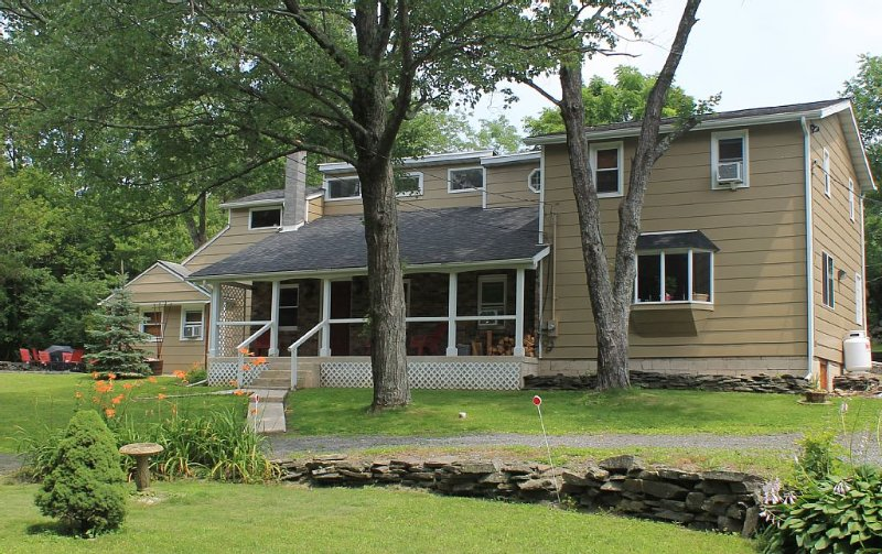 Newly Renovated And Furnished. Near Woodstock, Hunter and Windham ski resorts., casa vacanza a Saugerties