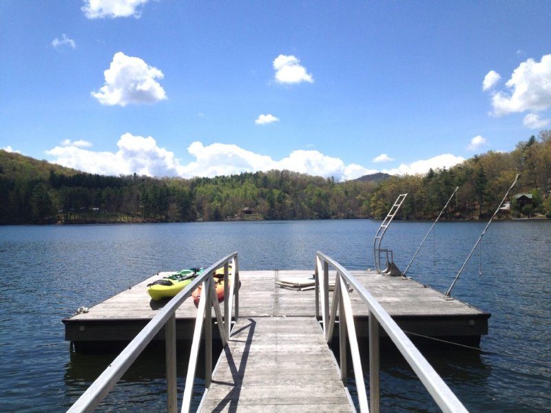 Lakefront Cabin with private Dock - Kayaks - WiFi - Direct TV, location de vacances à Jackson County