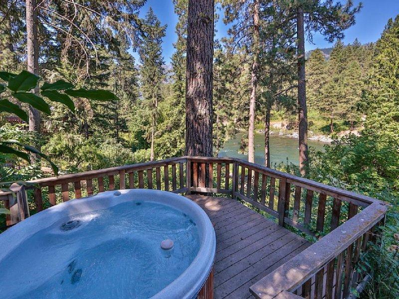 Hannah's River Cabin - Riverfront - Hot Tub, location de vacances à Peshastin