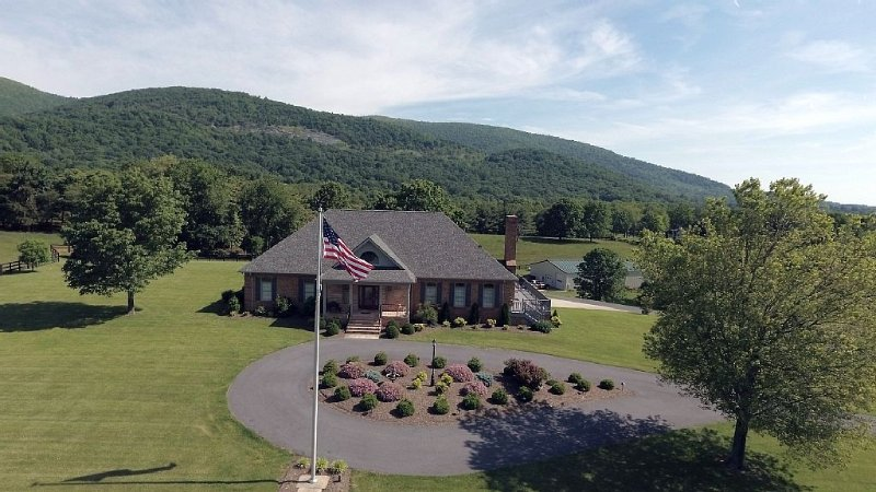 A Must Stay Estate Located by Numerous Wineries & Breweries in Afton, Va, casa vacanza a Waynesboro