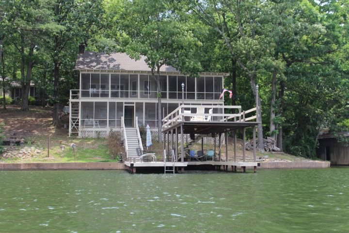 Waterfront Cabin/Clean Water/Jump off the top/Space for large family/fishing, holiday rental in Rogersville