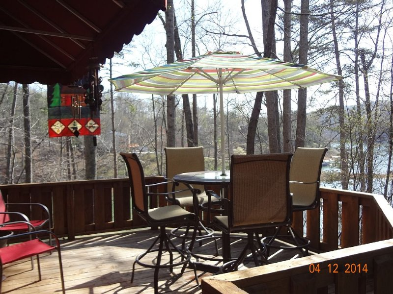 Beautiful Small Lake Front 2 Bedroom w/Loft Log Cabin in Quiet Cove, holiday rental in Caryville