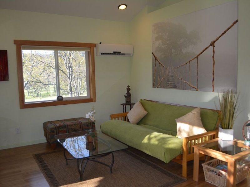 Country setting near Emigrant lake, minutes to downtown Ashland, vacation rental in Ashland