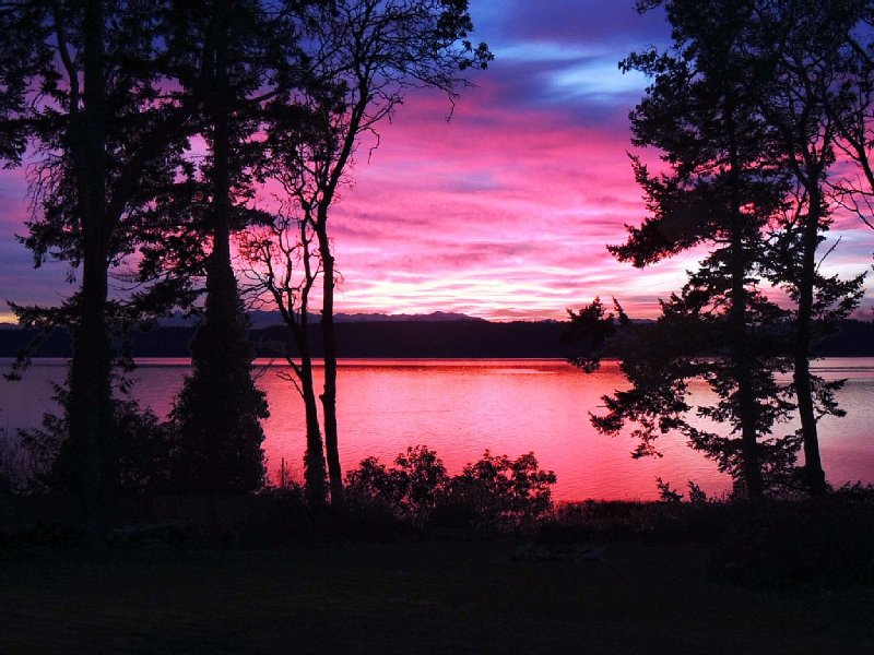 Awesome sunsets, firepit, hot tub, big fenced lawn, crab boat, crab pots, buoy!, vacation rental in Camano Island