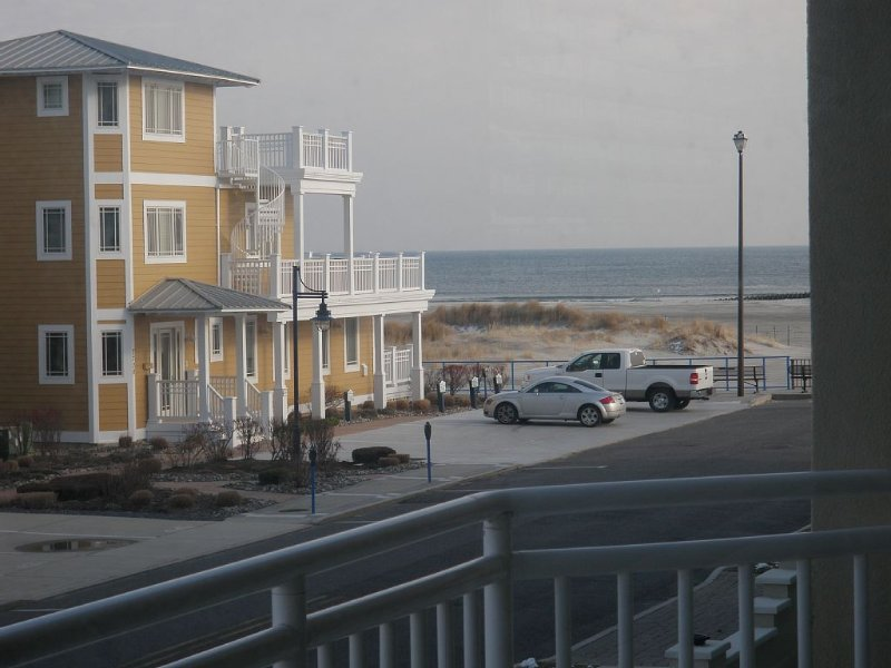 Ocean View Luxury 3 BRs 2 Bath Condo with pool, aluguéis de temporada em Wildwood Crest