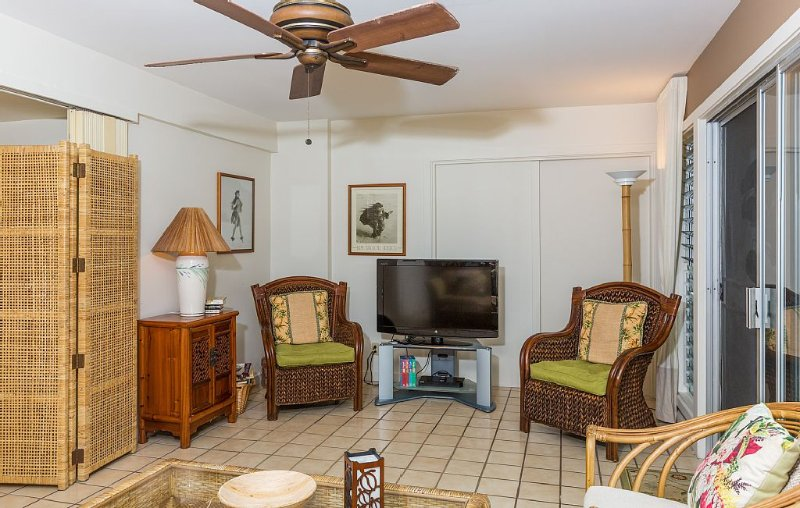 'Tropical Garden Paradise' Steps to Beach & Very Affordable, vacation rental in Kailua