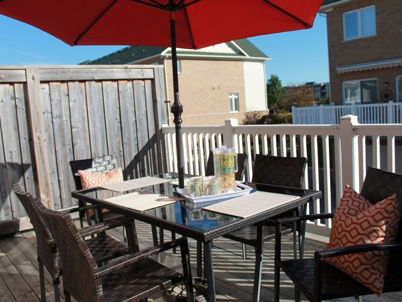 Modern Condo Steps From Historic Downtown Collingwood Charm, alquiler de vacaciones en Stayner