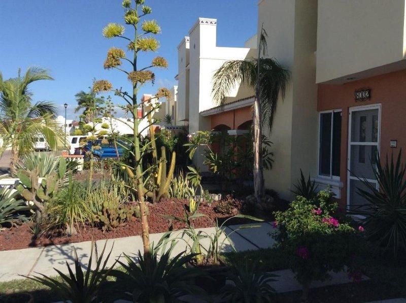 Bright, Cheerful, Family-Friendly, Secure Vacation Home 10 Min Walk To The Beach, alquiler de vacaciones en Mazatlán