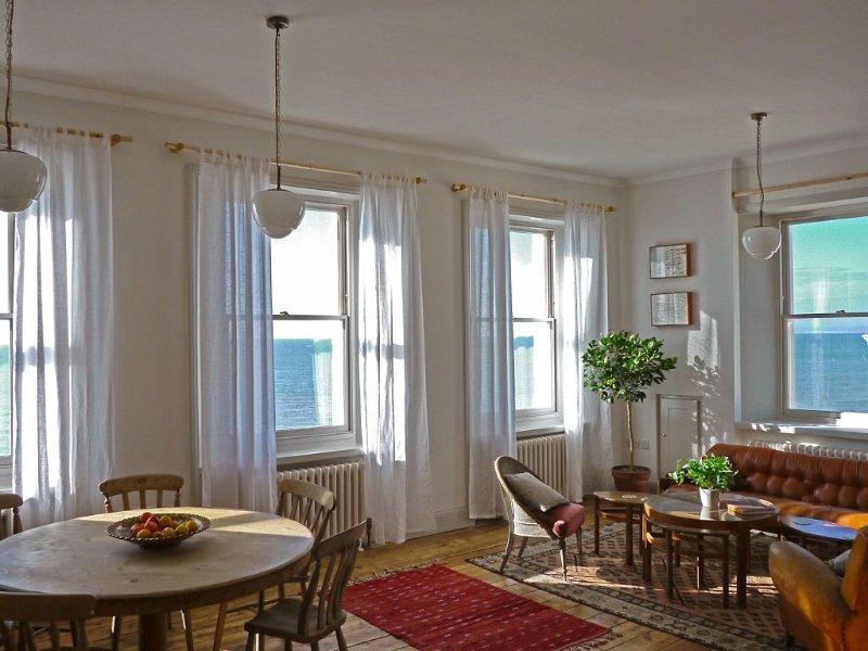 Beautiful, spacious two-bedroom Seafront apartment, aluguéis de temporada em St Leonards-on-Sea