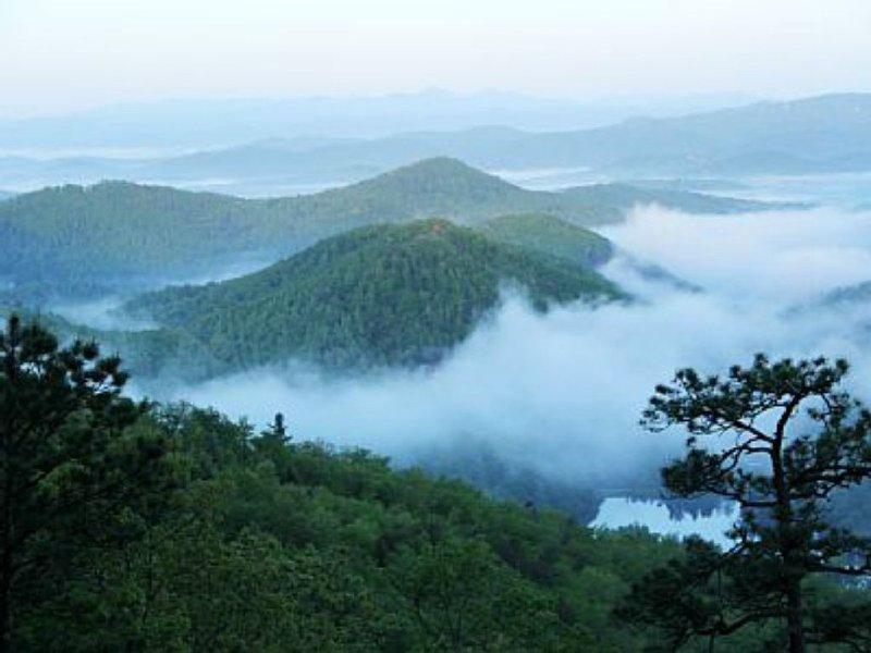Beautiful Mountain Cabin with Spectacular Long-Range Views!, casa vacanza a Fairview