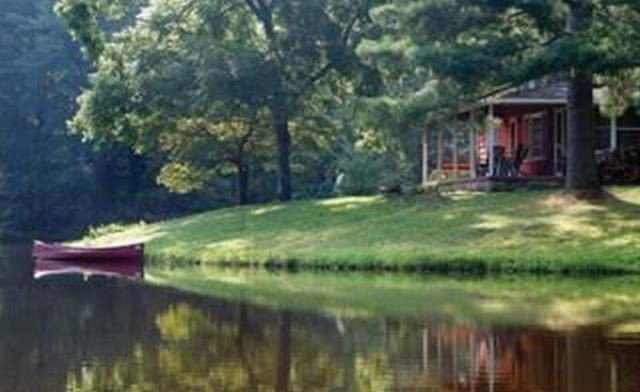 Private, pet friendly lake...secluded and 1 mile to Main St ... perfect location, Ferienwohnung in Hendersonville